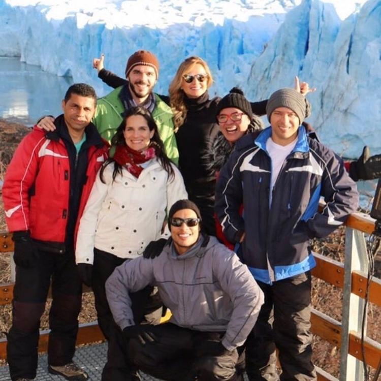 Foto de Eliana junto de Edmilson Martins e outros funcionários do SBT.