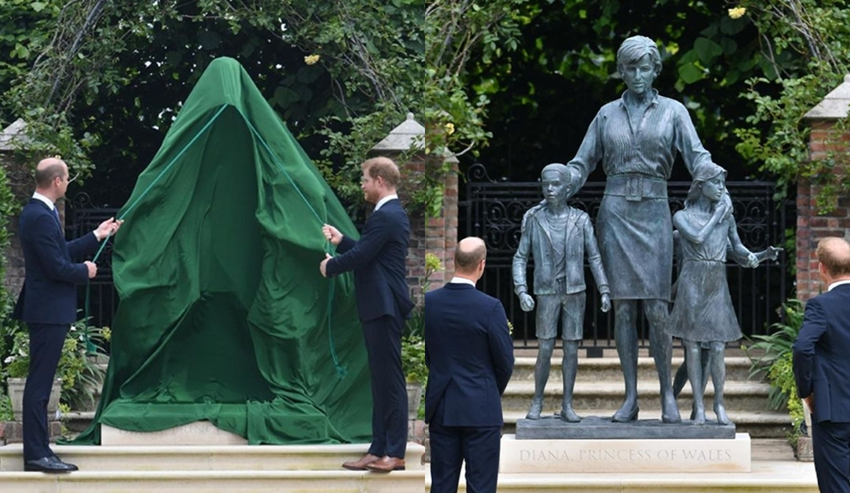 Foto do momento da inauguração da estátua de Diana.