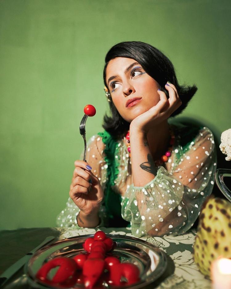 Foto de Hana Khalil com vegetais. Os primeiros motivos que fizeram Hana Khalil ser vegana.