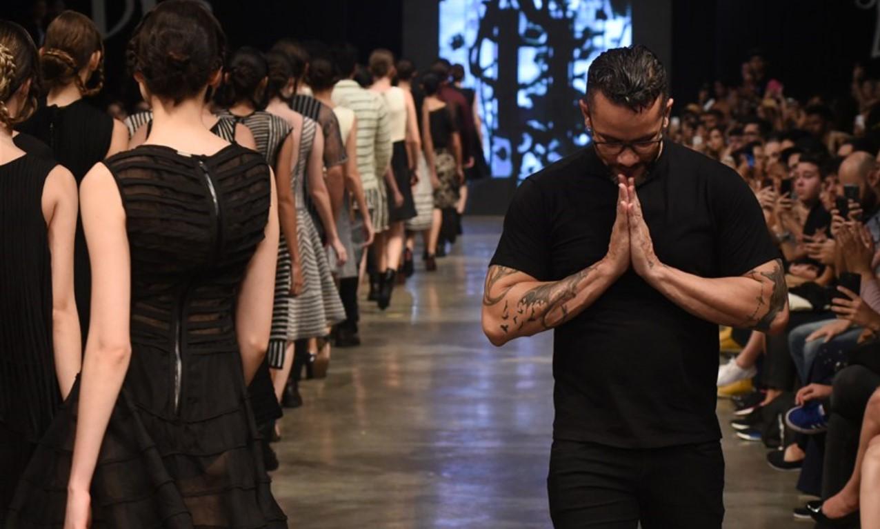 Ronaldo Silvestre a agradecer com as mãos unidas no fim de um desfile de moda.