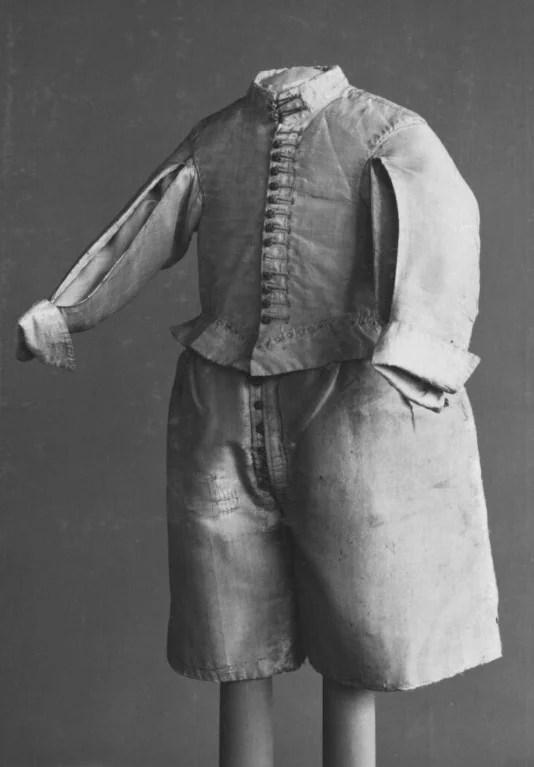 Foto de um traje infantil masculino em preto e branco feito com botão de roupa