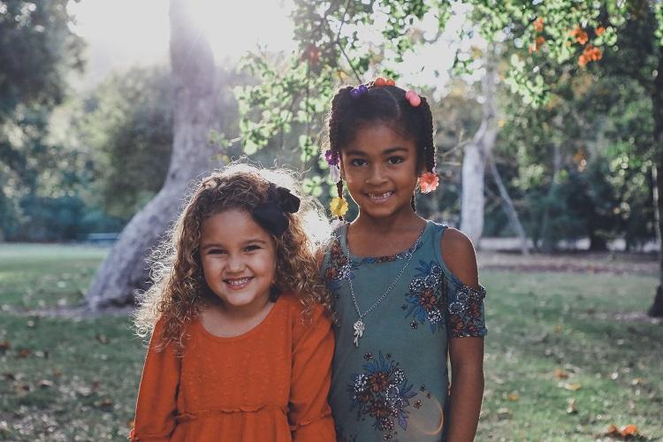 Foto de duas crianças sorrindo