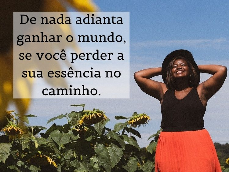 frase para refletir sobre foto de mulher negra em campo de girassóis