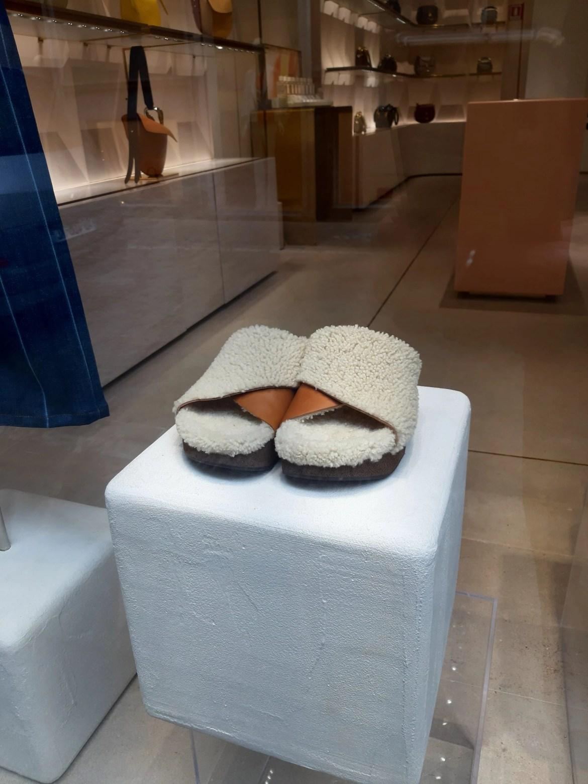 Vitrine Chloé Milão com sandália para inverno revestida de pele de carneiro ecológica