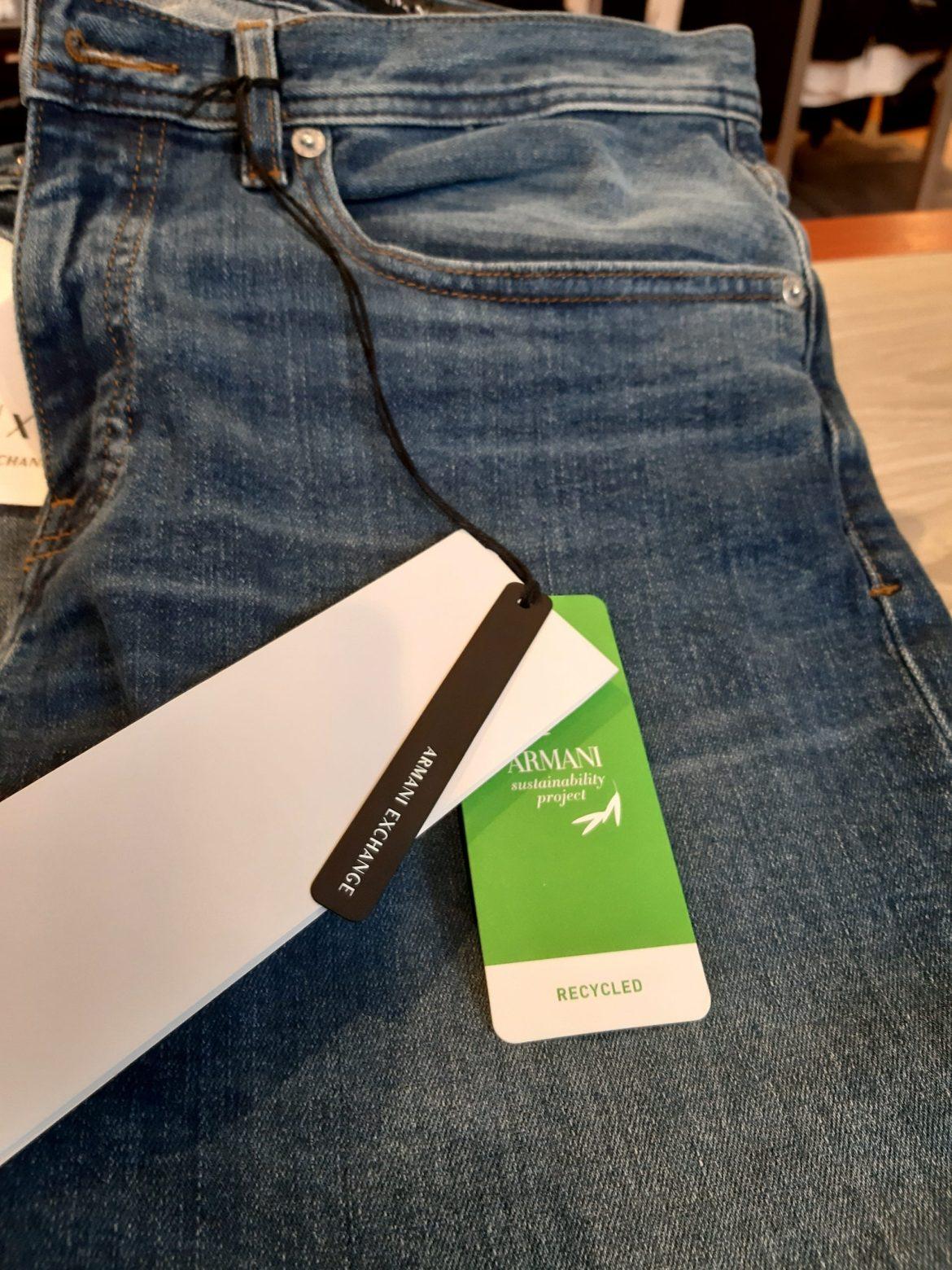 Jeanswear Armani Exchange vitrine de Milão com etiqueta reciclado