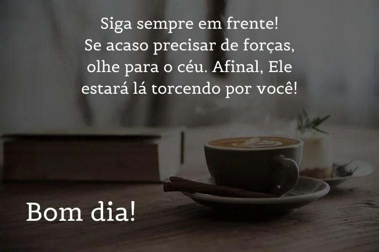 frase de bom dia sobre foto de mesa com cappuccino