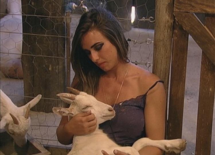 Foto de Nicole Bahls com a cabra