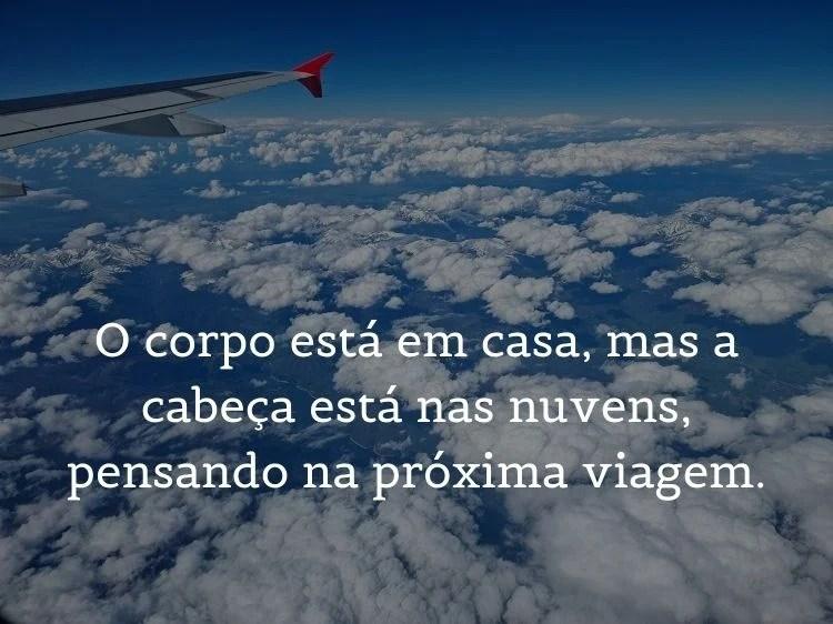 frase sobre voltar de viagem sobre foto de céu e asa de avião