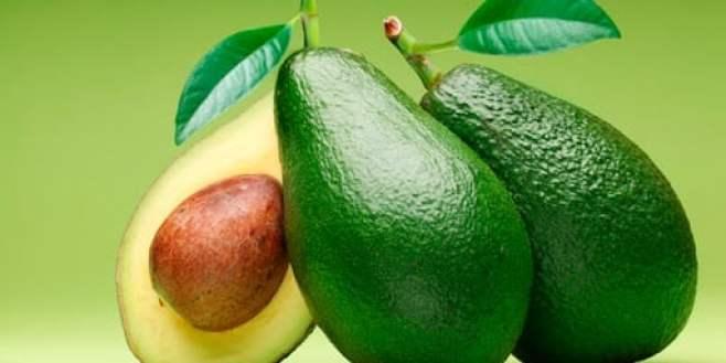 Três Abacates sobrepostos com fundo verde