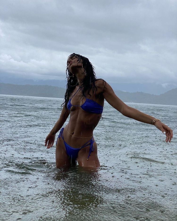 moda praia verão 2022/ Bruna Marquezine de biquíni
