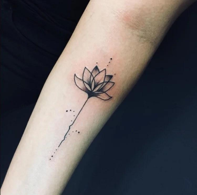tatuagem feminina no braço/ flor