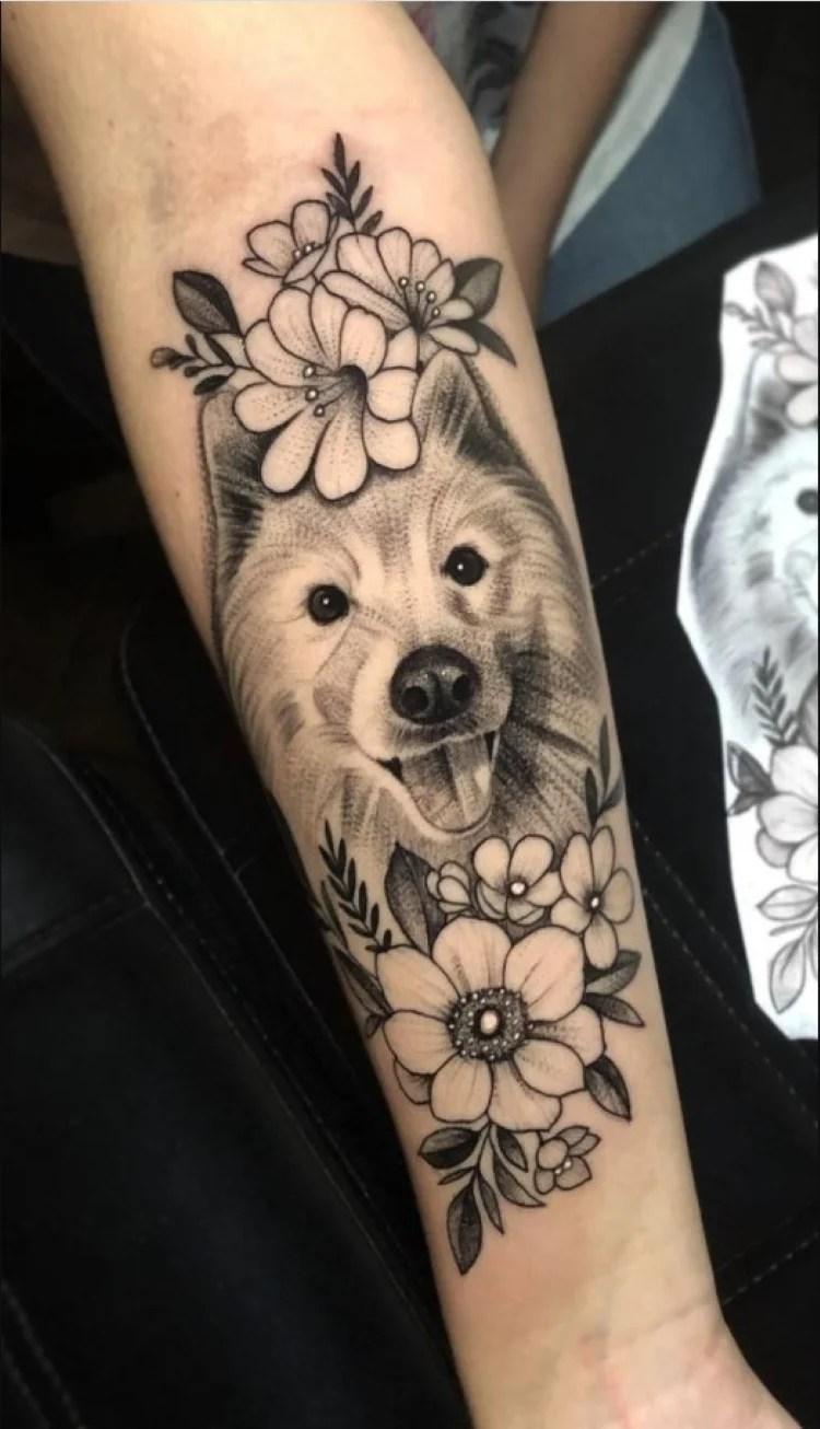 tatuagem feminina no braço/ cachorros e flores