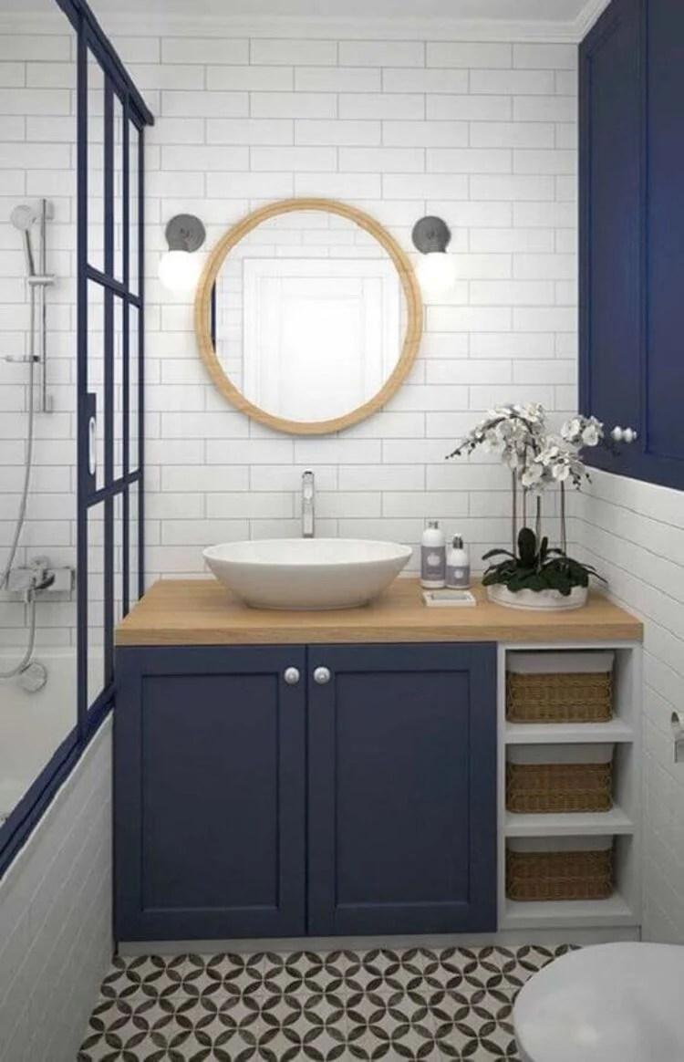 Azul na decoração do banheiro.