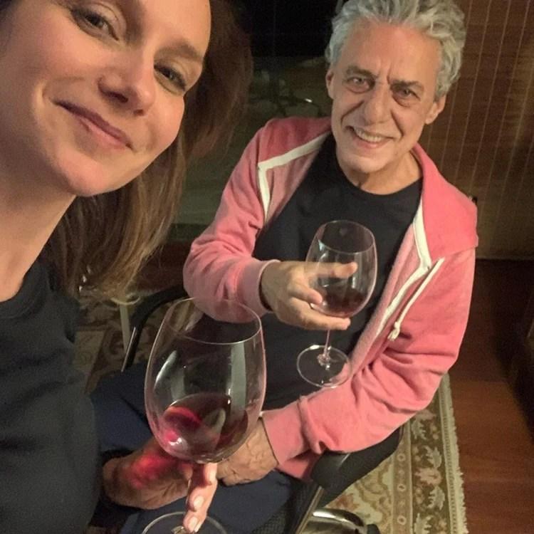 Foto do casal tomando vinho.