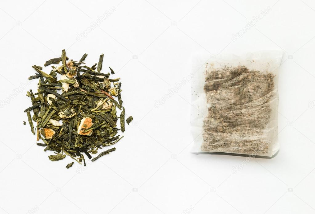 Fundo branco com ervas in natura ao lado de sachê de chá