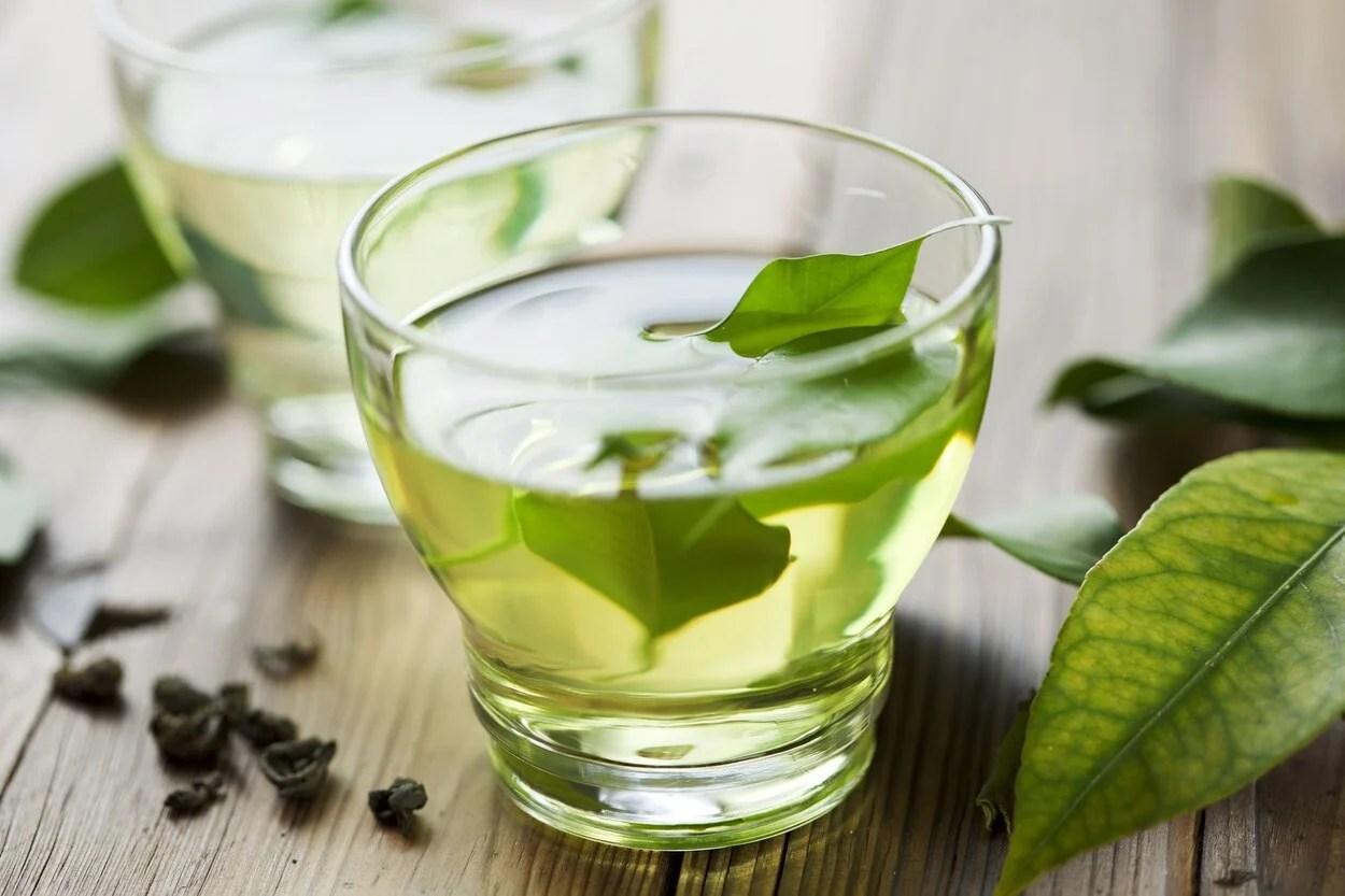 Copo com chá verde.