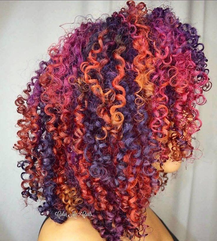 cabelo colorido com cachos