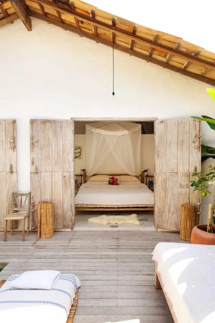 Decoração praiana no quarto com varanda.