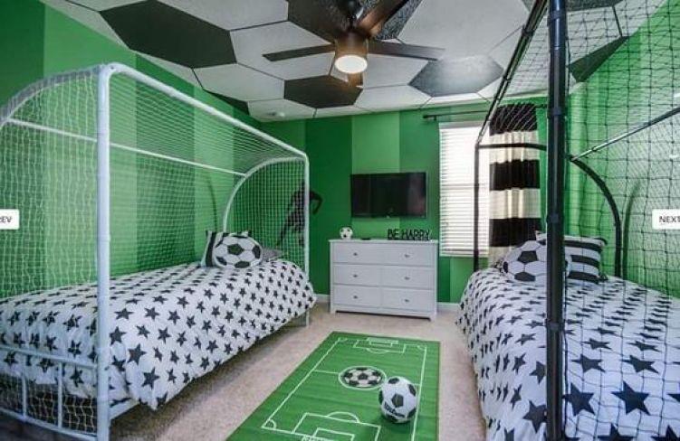 Esporte na decoração de quarto duplo.