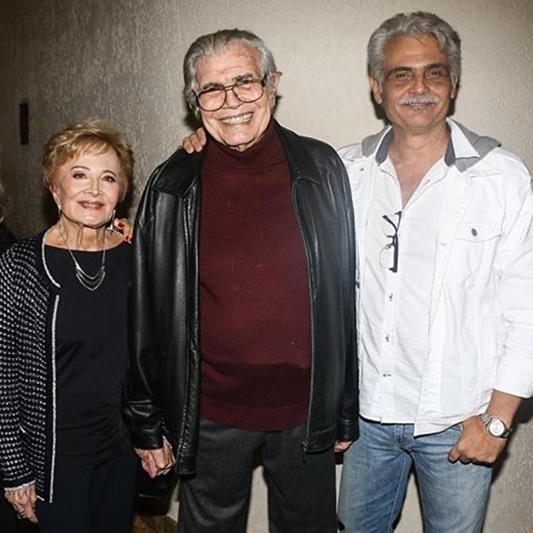 Foto do casal e do filho.