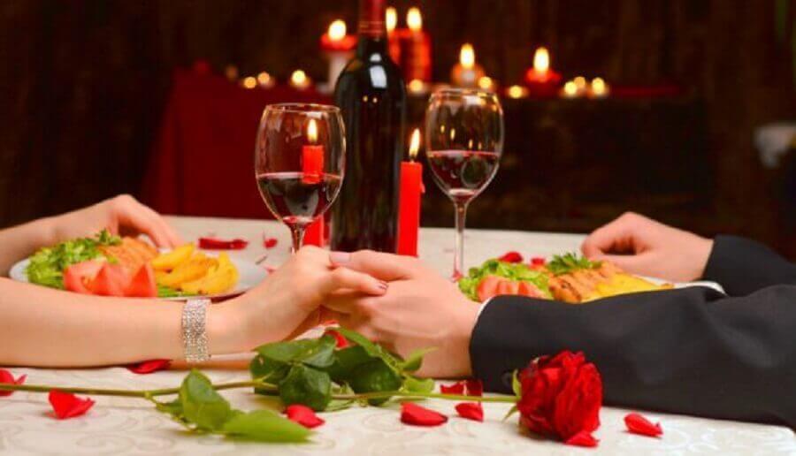 Mesa de jantar com casal
