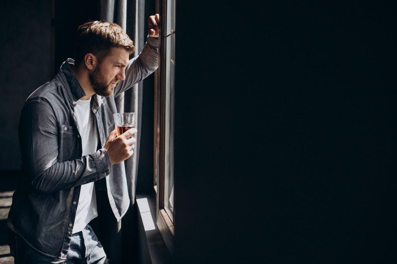 homem olhando a janela