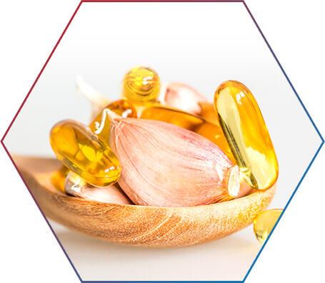 Vasilha com capsulas de óleo e dente de alho