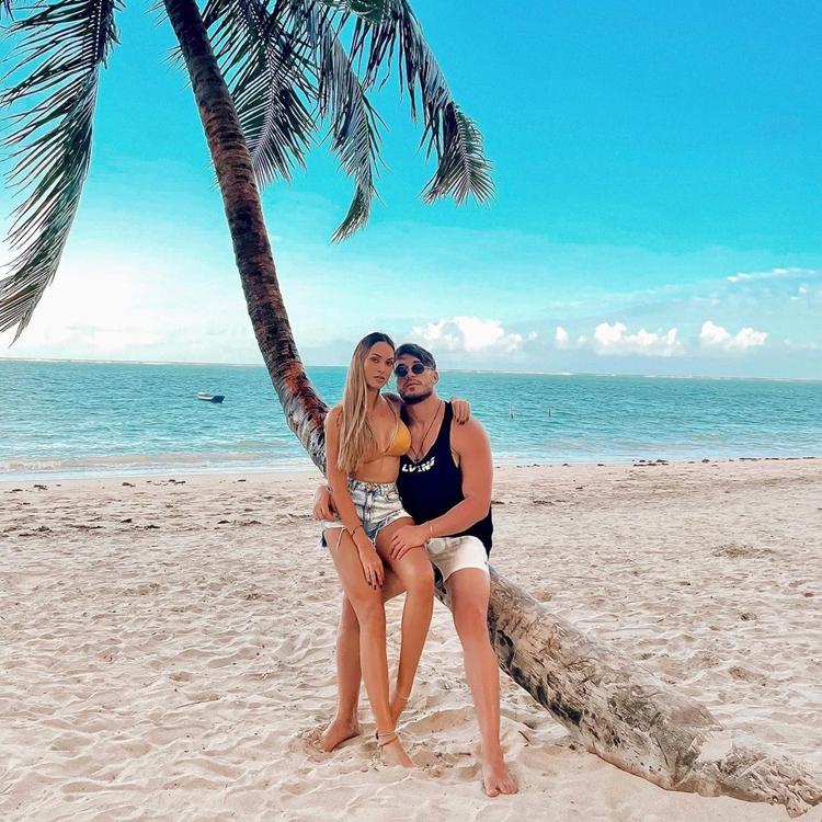 Foto da ex-sister e o namorado.