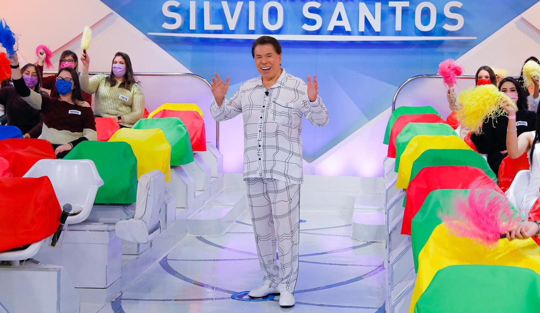 Foto de Silvio Santos de pijama.