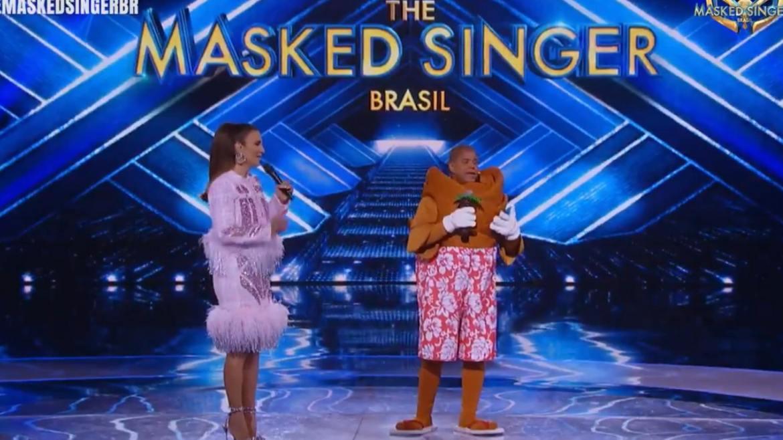Ivete Sangalo conversa com o Coqueiro, Marcelinho Carioca, no The Masked Singer Brasil. Fonte: Reprodução