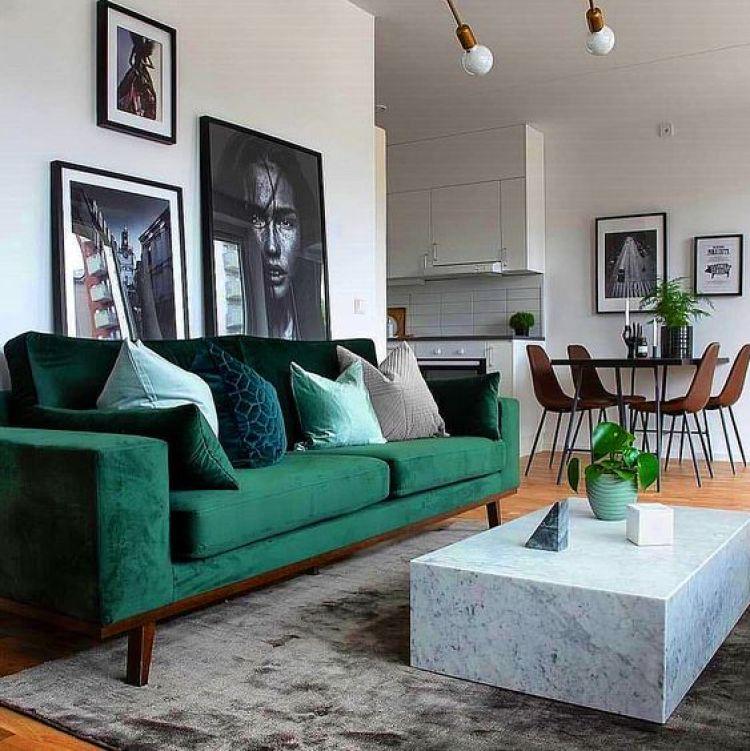 Sala com sofá verde.