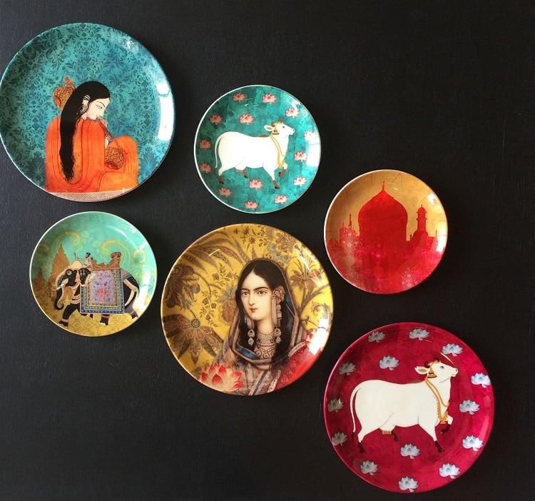 Foto de pratos de parede coloridos