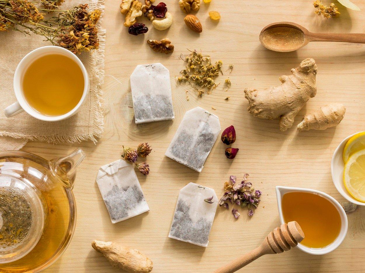 Foto de ervas em saquinhos de chá para emagrecer em uma mesa de madeira