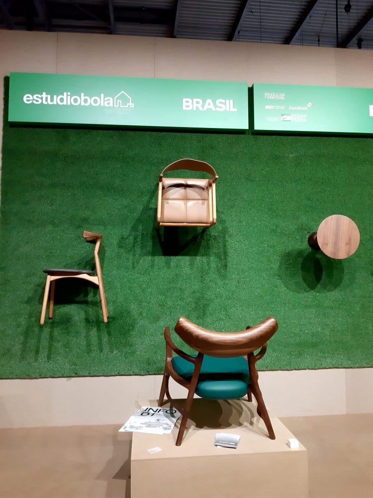 Cadeiras em madeira do estudio Bola presentes no Salão de Móveis de Milão 2021.