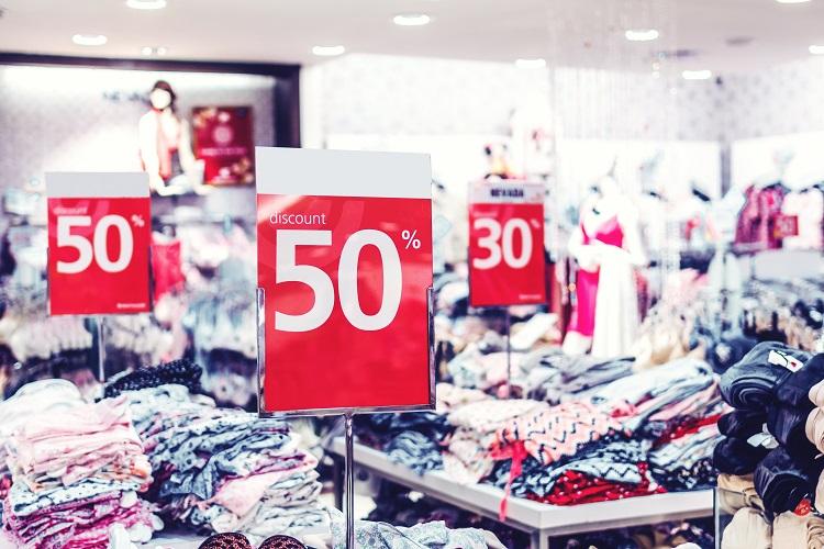 Foto de liquidação em loja de roupas