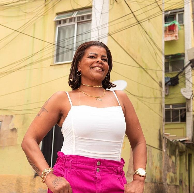foto de Tati Quebra Barraco na favela Cidade de Deus
