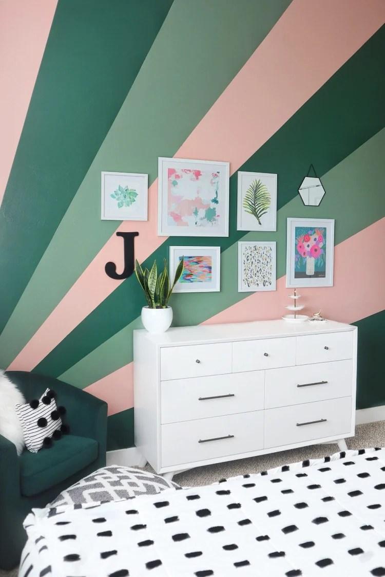 Foto de quarto com parede geométrica