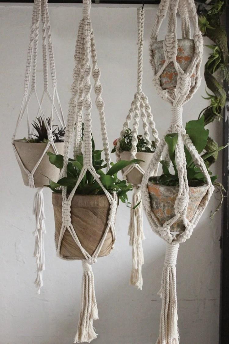Foto de quatro vasos de plantas com hanger de macramê