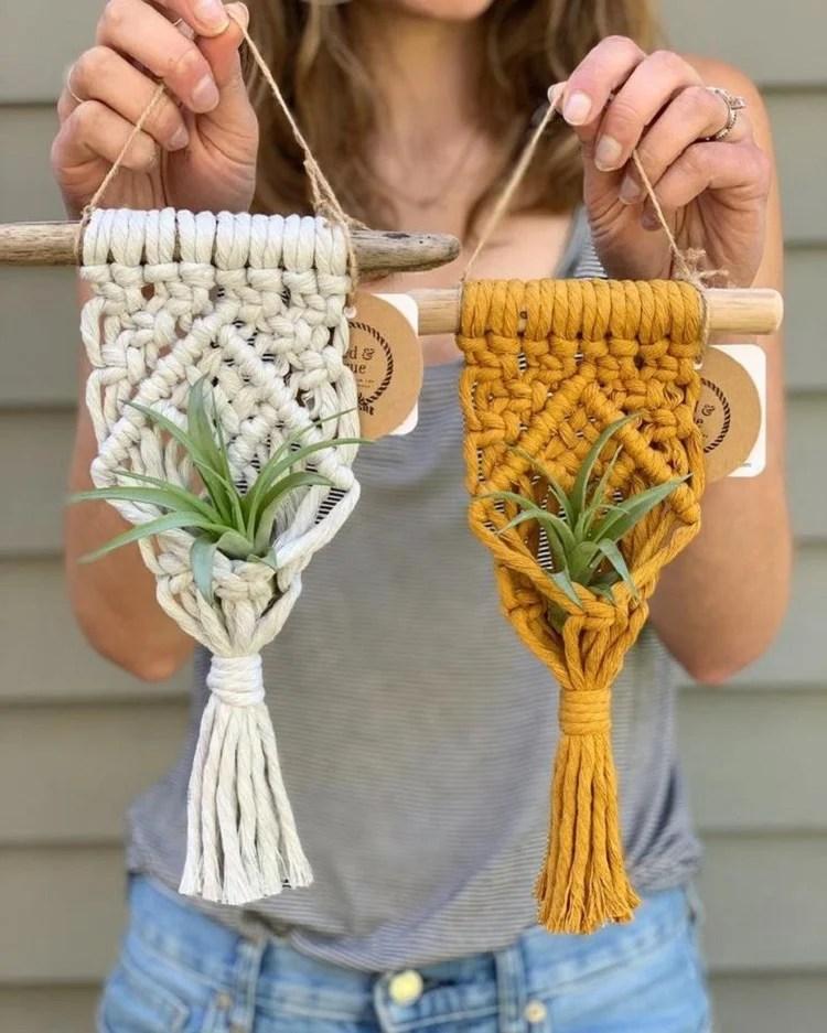 Foto de dois suportes para vaso de planta em artesanato com barbante