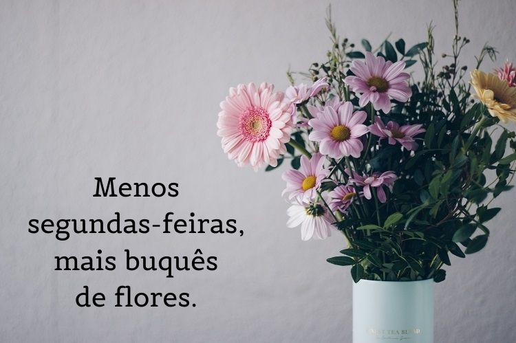 Frases de primavera escritas sobre foto de buquê de flores