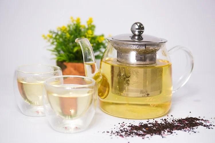 Foto de chá branco para perder peso em bule de vidro