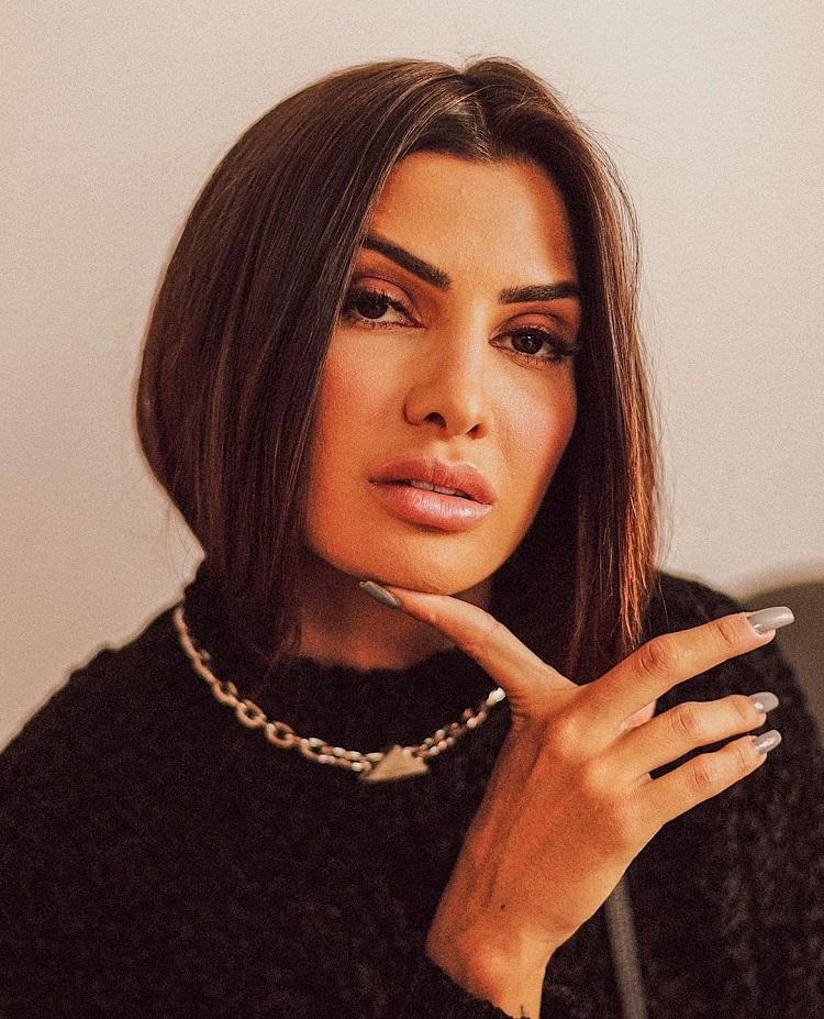 foto de mulher com blusa preta