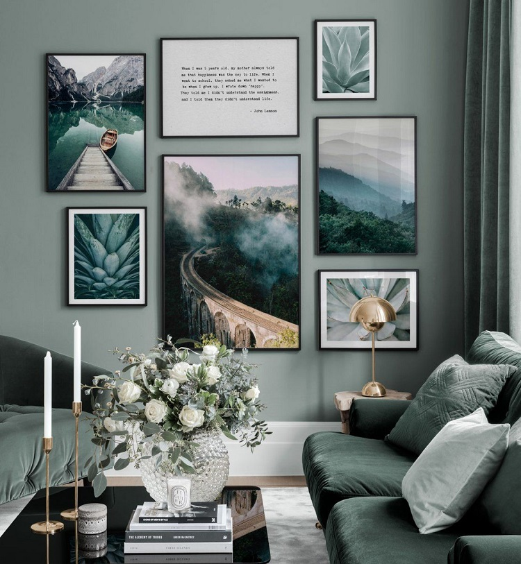 Foto de parede cinza com quadros