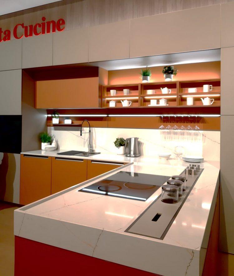 cozinha planejada em tons de laranja da marca Veneta Cucine presente na Feira de Móveis de Milão 2021