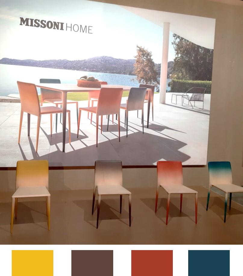 Espaço da Missoni home na Feira de móveis de Milão com cadeiras coloridas para ambiente externo.