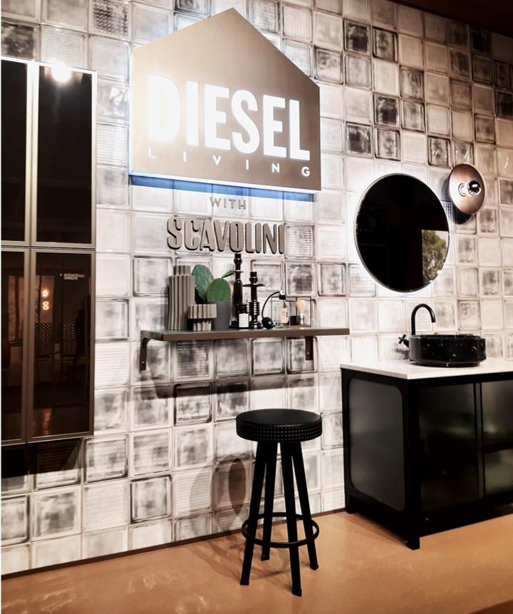 Ambiente da marca de moda Diesel em parceria com a Scavolini para o salão de móveis de Milão com estilo industrial , banqueta, prateleira e gabinete em ferro.