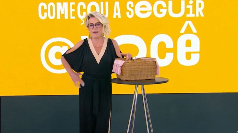 Ana Maria Braga agradece o presente de Catia Fonseca no Mais Você. Fonte: Reprodução/Globo