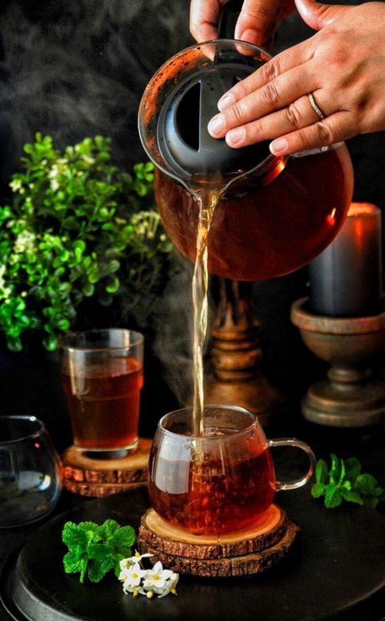 Mesa com dois copos com chá.