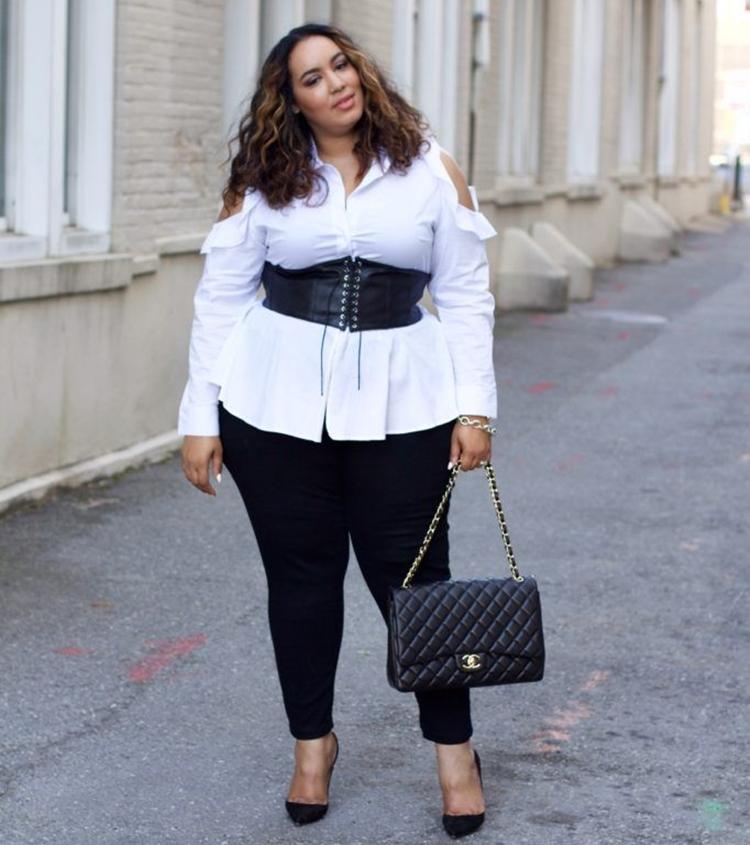 Moda Plus Size Primavera: Foto de mulher com espartilho + camisa de botão.