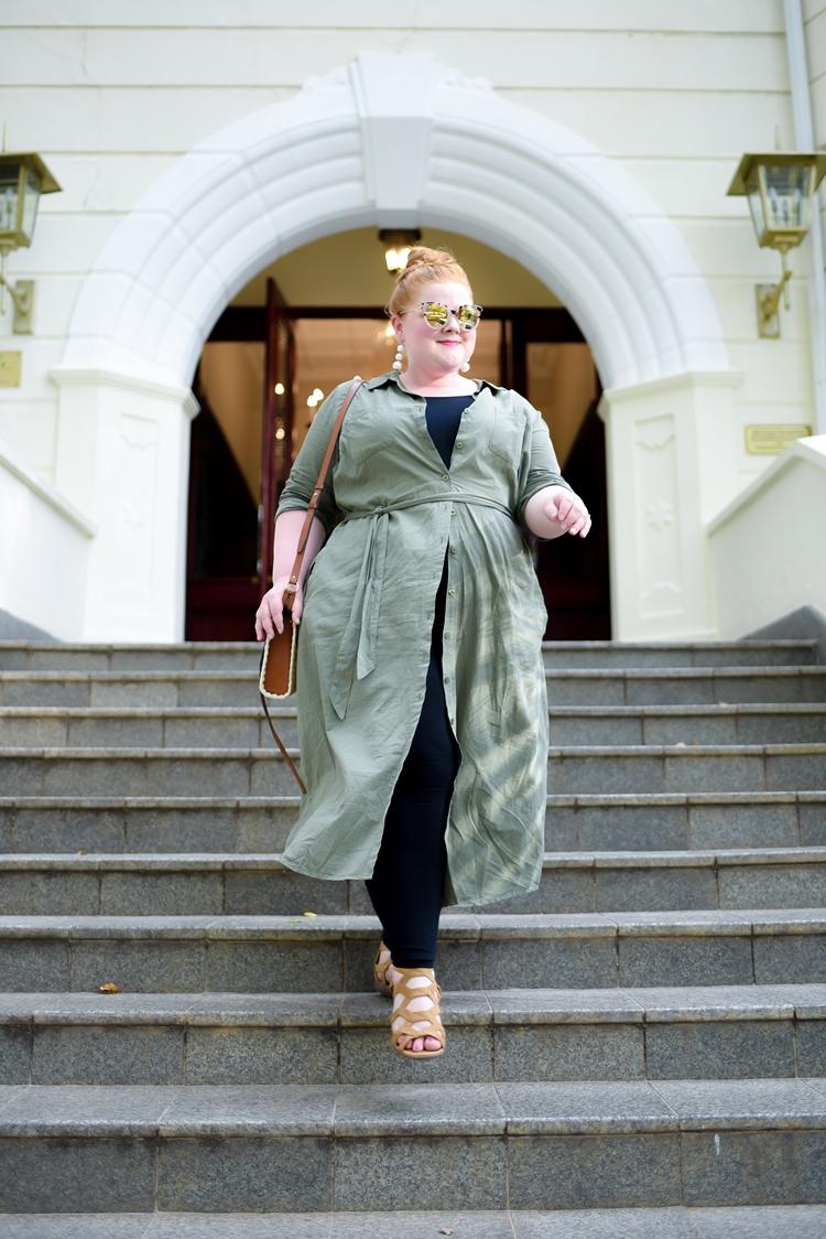 Foto de mulher com vestido e calça.